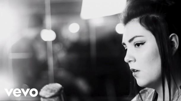 New video: Hoshi – Femme a la mer